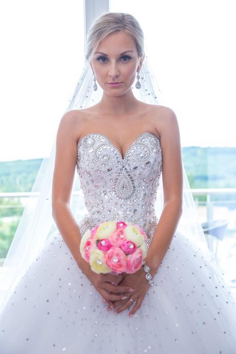 Princeznovské šaty se Swarovski kamínkama+závoj, 38