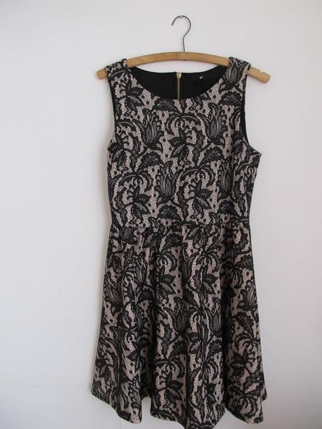 Něžné krajkové šaty AX PARIS, M