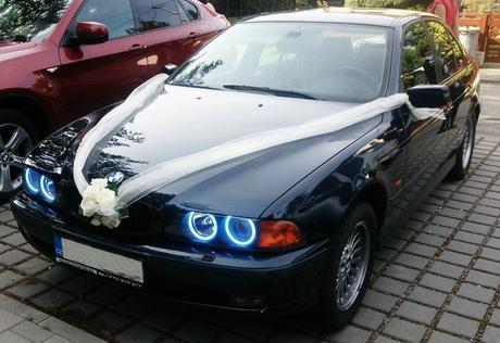 Decentní výzdoba na auto nevěsty,