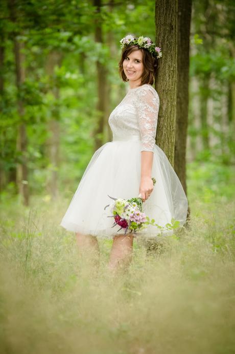 Smetanové krátké svatební šaty z krajky a tylu, 38
