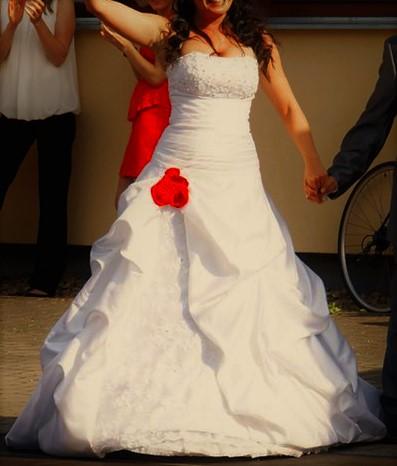 Exkluzivní svatební šaty s vlečkou šité na míru, 38