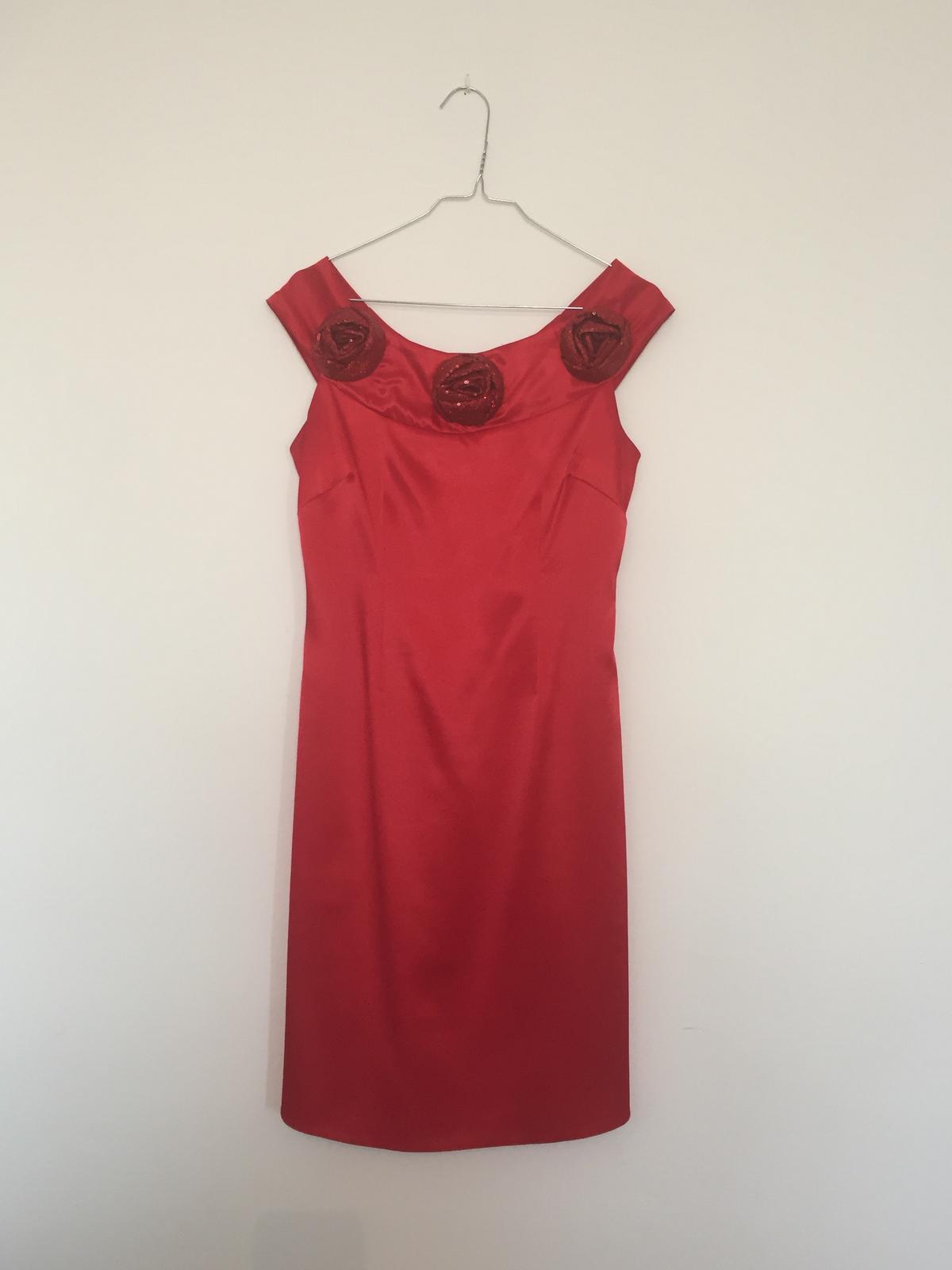 0fe626627d25 Púzdrové saténové šaty
