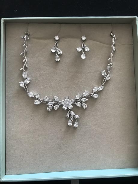 Náušnice s náhrdelníkom,
