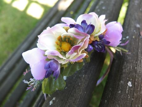 čelenka s fialovo-bílými květinami,
