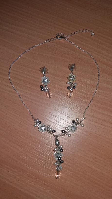 Sada naušnic a náhrdelníku,
