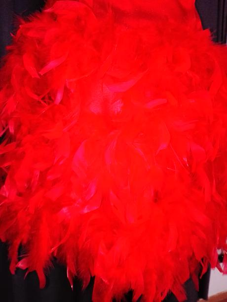 Červené šaty s pierkovou sukňou, 36