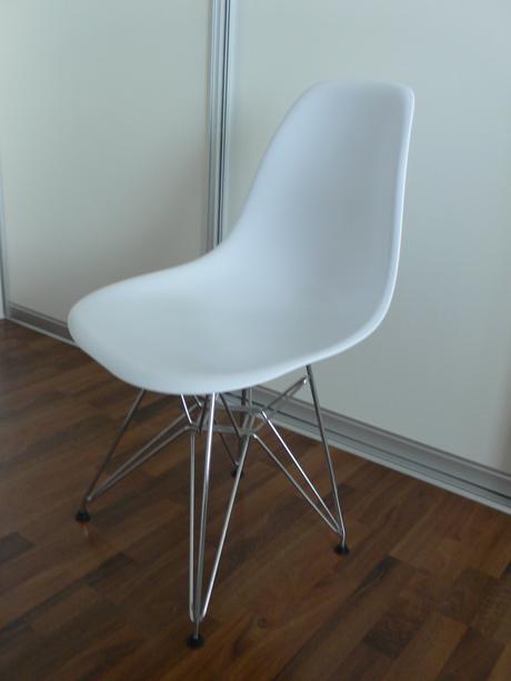 Dizajnova stolicka Eames DSR white,