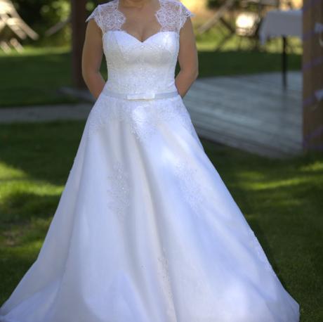Bílé svatební šaty s krajkou, 38