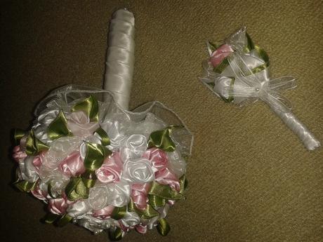 svadobna kytica s pierkom pre ženícha,