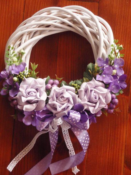 Veniec s fialovými ružami - rôzne farby,