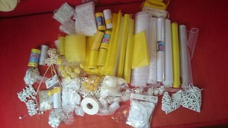Dekorace ve žluto bílé barvě,