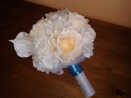 Svatební kytice z umělých růží + korsáž,