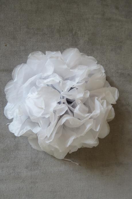 Dekorace z papíru KVĚTINA bílé,