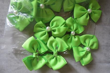 Zelená mašlička s bílou půl perlou uprostřed ,