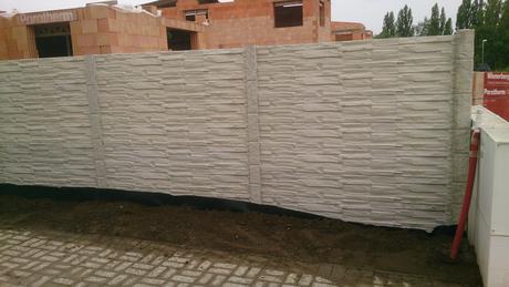 betonový plot,
