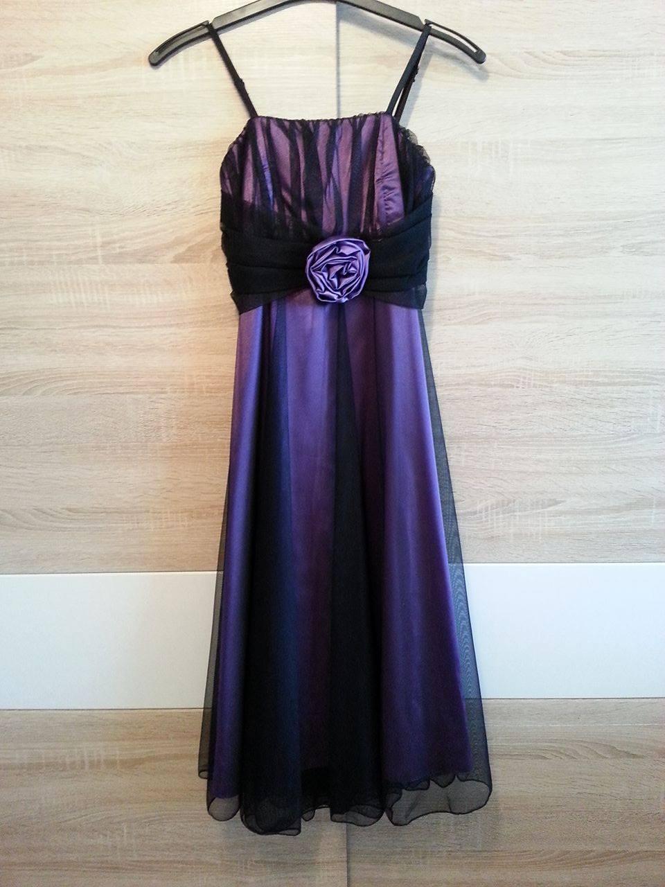 Fialovo-čierne jednoduché šaty s ružičkou e60818f71f7