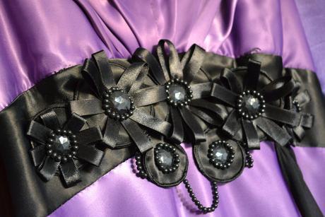 Fialové šaty s čiernou aplikáciou, 40