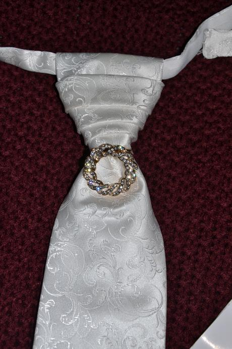 Svadobná kravata s brošňou,