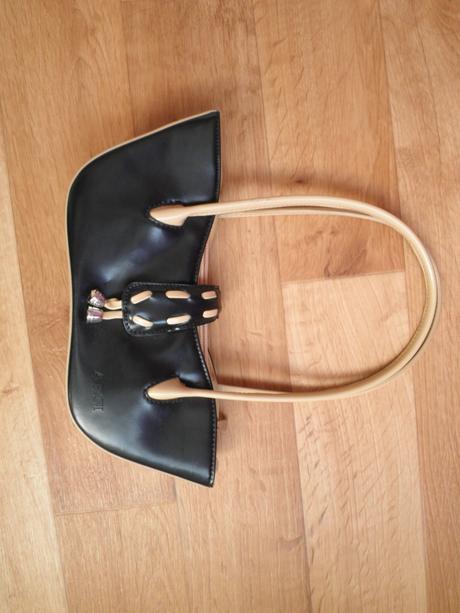 menší černo-hnědá kabelka, S