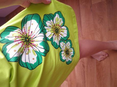 Zelenkavé šaty s květinami, S