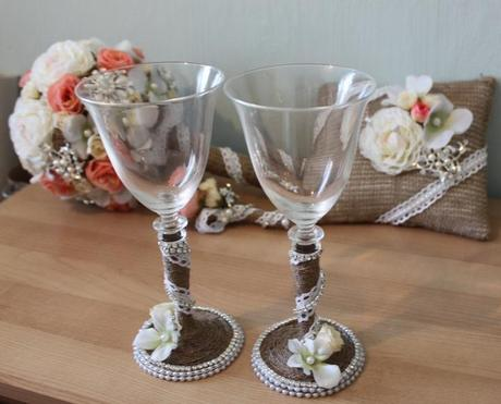 Jutovinová kytica s pierkom, hrebienkom a pohármi,