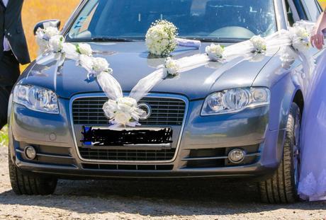 Biele ruzicky dekoracia auta,