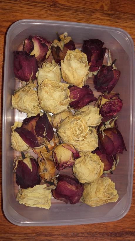 sušené růže jako dekorace na stoly,