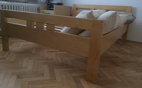 posteľ z masívu,