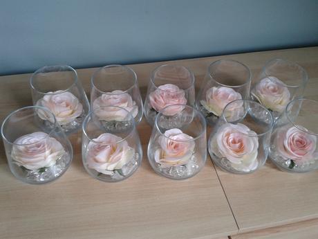 Skleničky s kamínkem a květem růže,