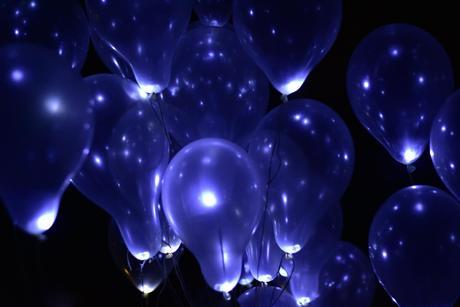 Bílé nafukovací balónky se světélky,