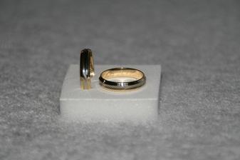 naše prstýnky - je to špatně vidět, prostředek je bílé zlato, ostatní je žluté zlato
