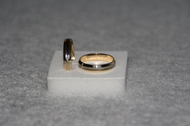 MíJa 24.7.2009 - naše prstýnky - je to špatně vidět, prostředek je bílé zlato, ostatní je žluté zlato