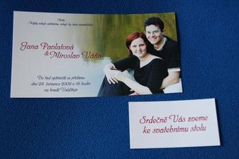 vytištěné oznámení a pozvánka ke stolu
