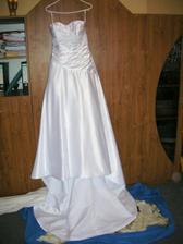 šaty jsou doma, vlečka se nezkracovala, protože se mnou budou mít svatební premiéru!