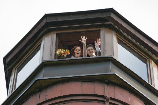 Jani{{_AND_}}Míra - a jeden pozdrav z rozhledny (nevěsta se překonala a vylezla tam - i fotograf se překonal, Jirko díky :-)