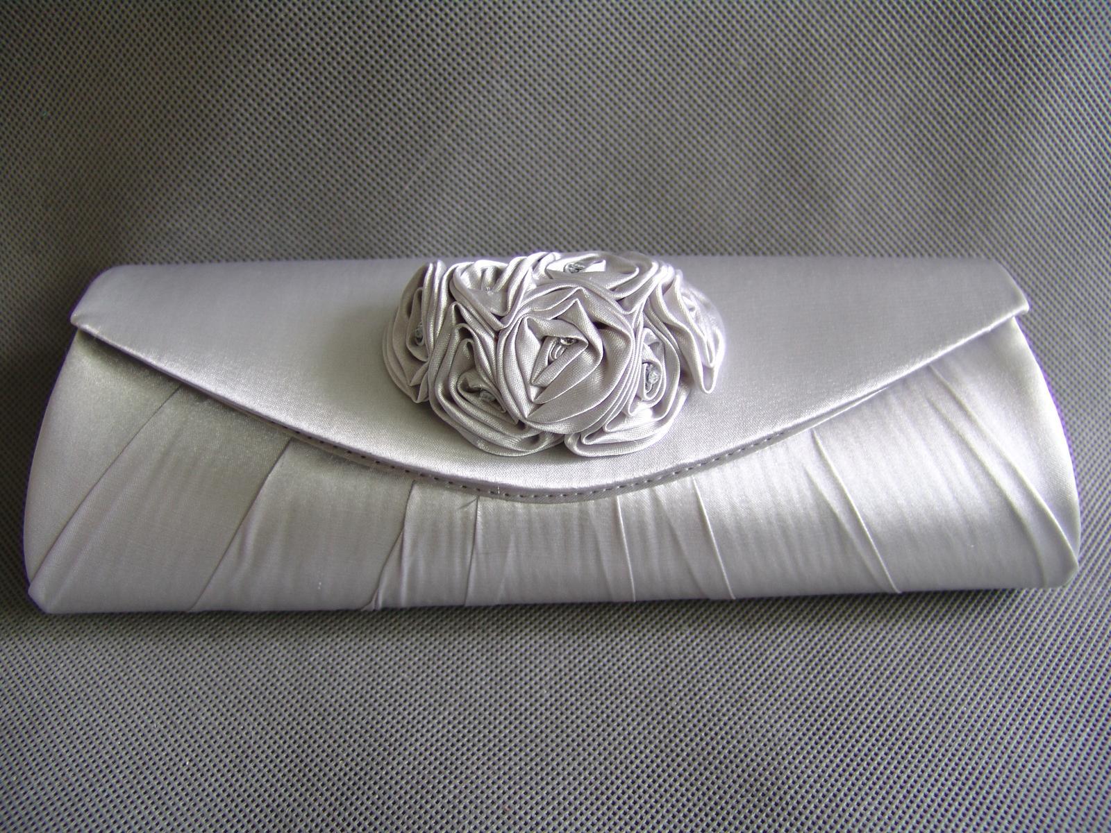 Stříbrná saténová kabelka - Obrázek č. 1