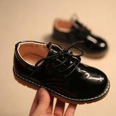 SKLADEM - černé lakované dětské boty, 26