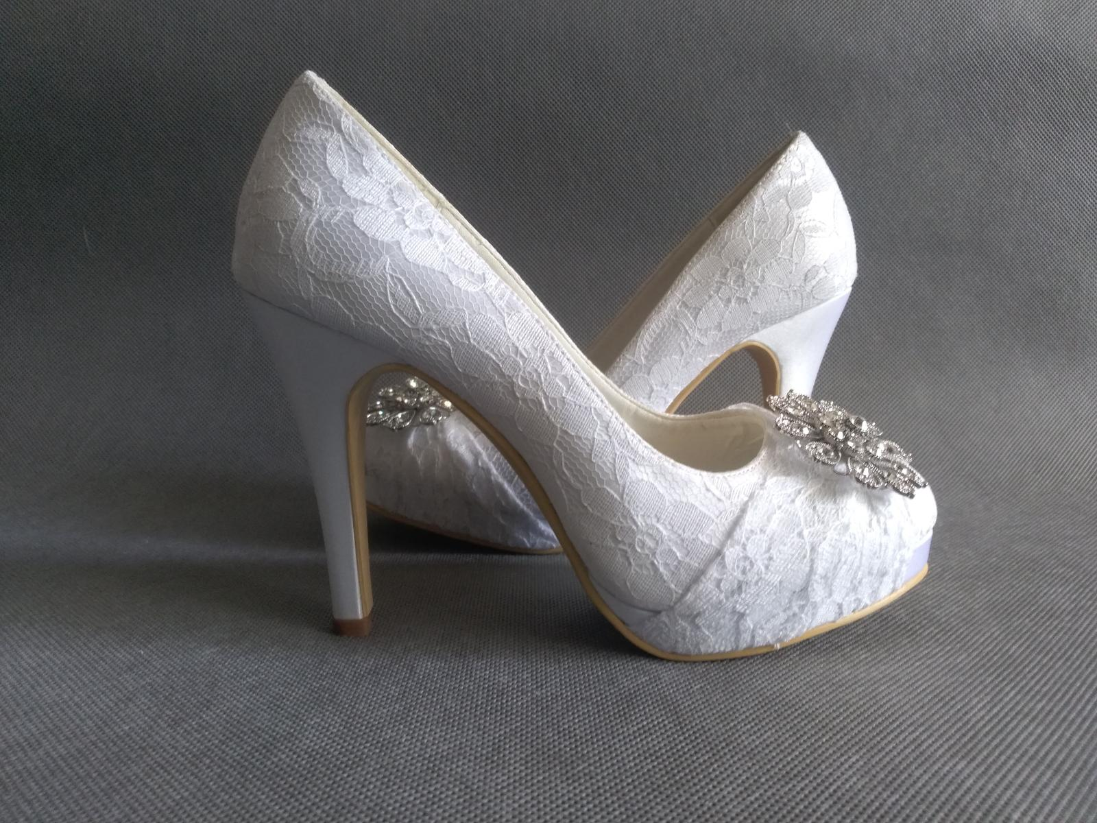 SKLADEM - bílé krajkové svatební lodičky - Obrázek č. 1