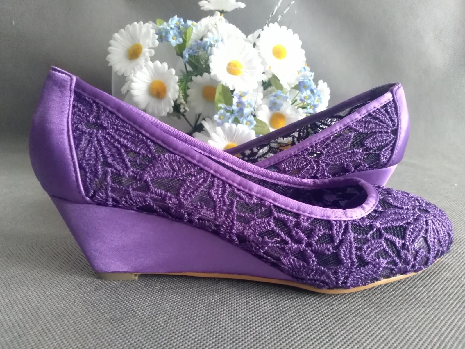 SKLADEM - fialové krajkové lodičky na klínku - Obrázek č. 4