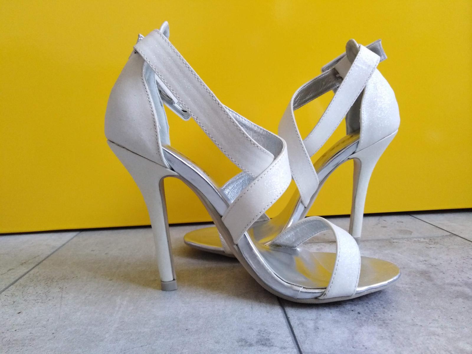 SKLADEM - bílé glitter sandálky - Obrázek č. 1