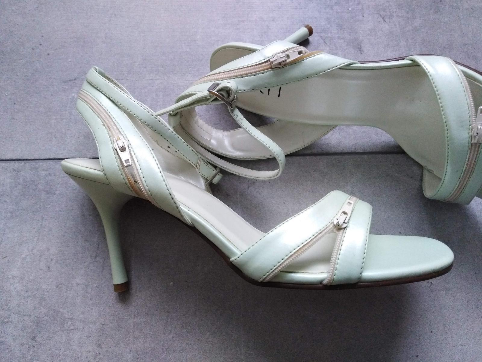 SKLADEM - světle zelené sandálky - Obrázek č. 2