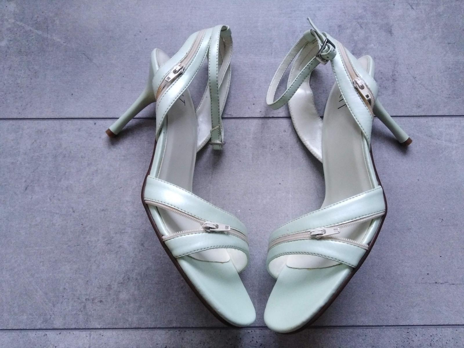 SKLADEM - světle zelené sandálky - Obrázek č. 1