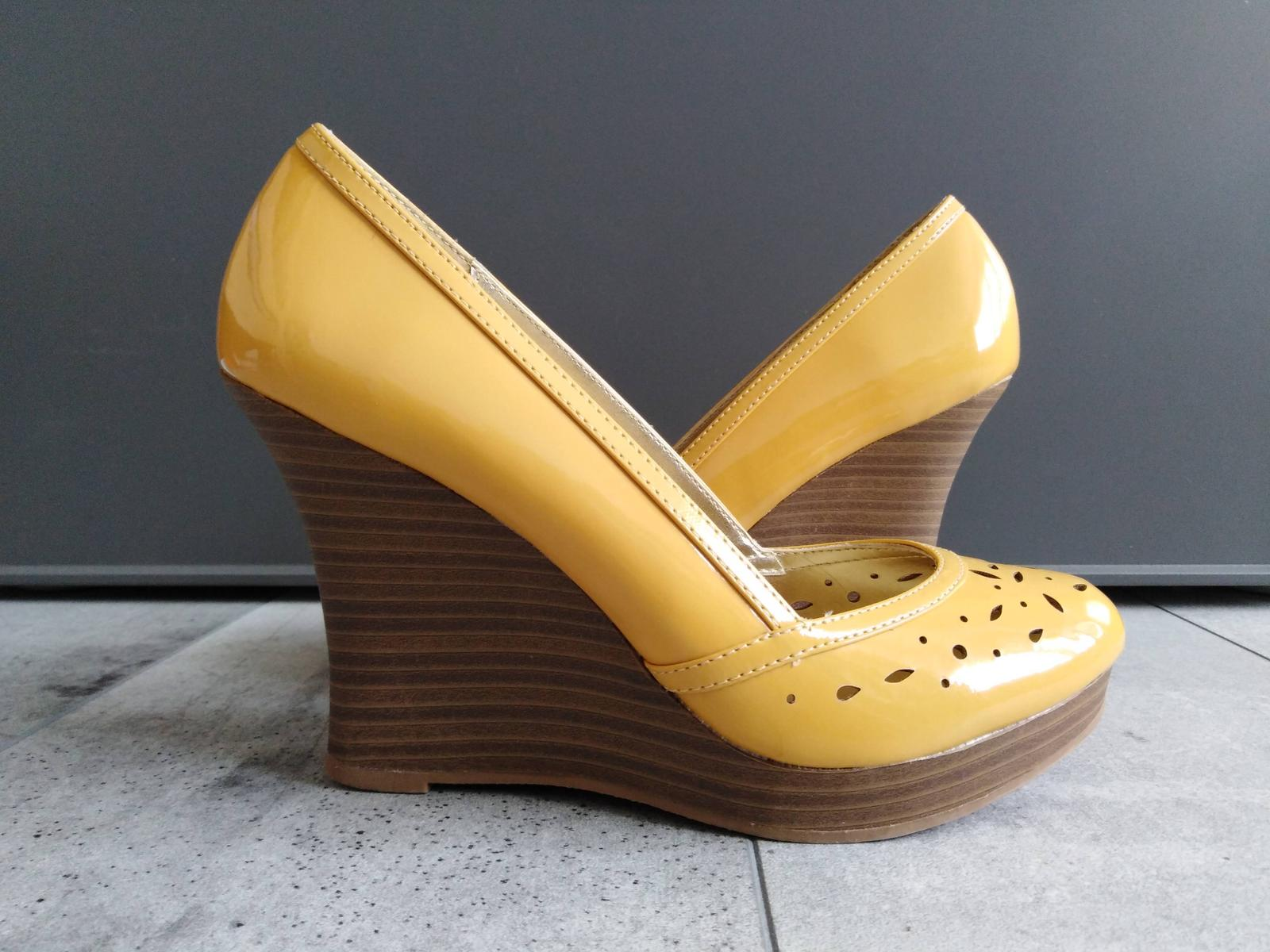 SKLADEM - žluté boty na klínku - Obrázek č. 1