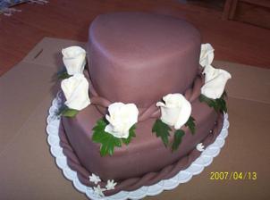 Tak tohle je náš svatební dortík :)) tedka jsme ho přivezli