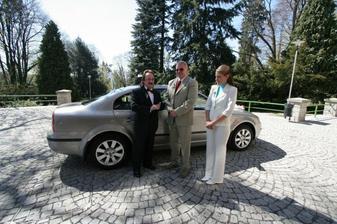 taťka, můj řidič (moc sympatický pán) a moje svědkyně (sestřenice)