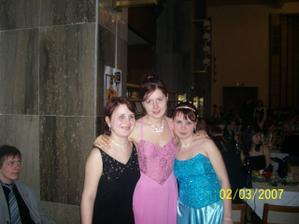 já, uprostřed svědkyně nevěsty a z prava sestra nevěsty