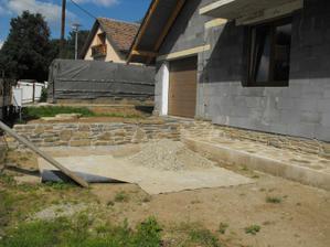 múrik medzi garážou a prednou záhradkou