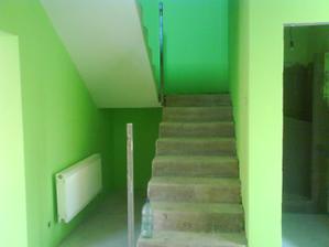 chodba dole a schodište farba sýta zelená