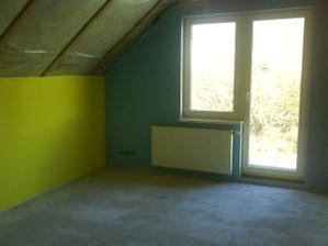 prvá detská izba - nebeská modrá a sýta žltá