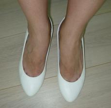 konečně... nové botičky na nízkém podpatku... aby mi nebyly krátké šatičky! :-)